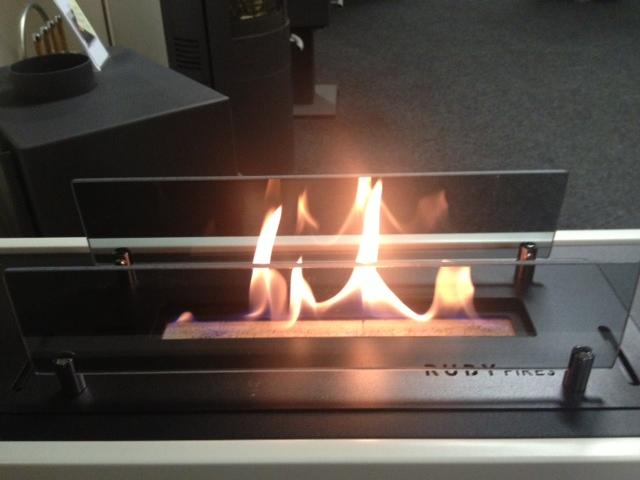 Hier de brander, vanwege de tunnelhaard bescherm met 2 glazen plaatjes. In het glas zie je de vlam spigelen, dit geeft een mooi effect, ook ruikt je de ethanol bijna niet